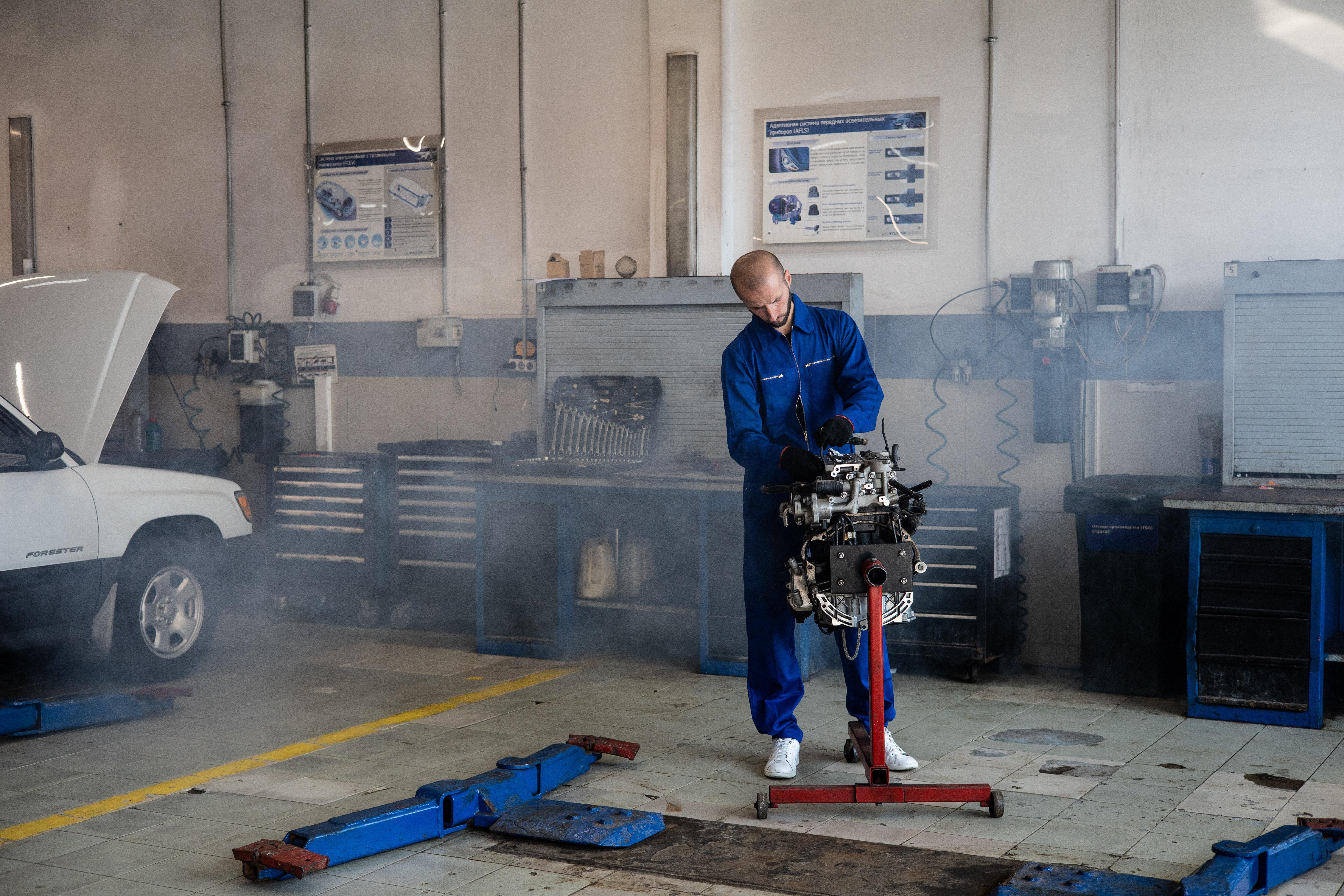 Wyspecjalizowani mechanicy znający się na swej pracy.